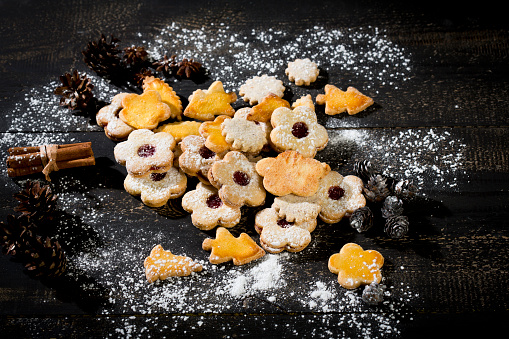 Star Anise「Different Christmas cookies and spices on black wood」:スマホ壁紙(6)