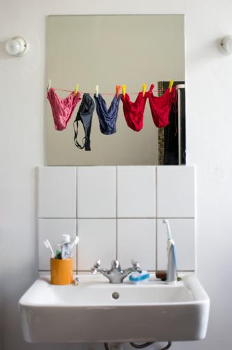 スイセン「Germany, Hessen, Frankfurt, Empty bathroom with mirror reflection of underwears」:スマホ壁紙(7)