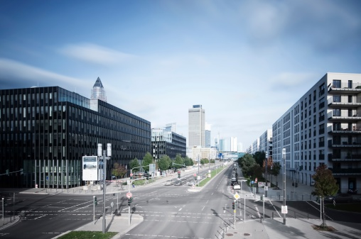 Hesse - Germany「Germany, Hesse, Frankfurt, crossroad at European quarter with view to skyline」:スマホ壁紙(1)