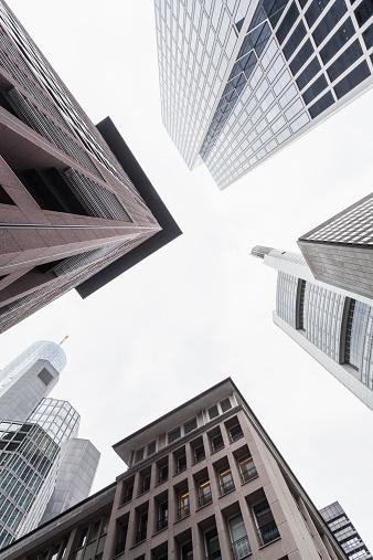フランクフルト・アム・マイン「Germany, Hesse, Frankfurt, view to facades of modern office buildings from below」:スマホ壁紙(14)