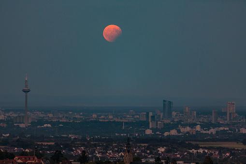 皆既月食「Germany, Hesse, Hochtaunuskreis, Full moon with partial eclipse rising above the city of Frankfurt」:スマホ壁紙(16)