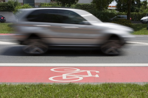 交通量「Germany, Hesse, car driving next to cycle track」:スマホ壁紙(3)