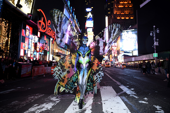 Giving「Heidi Klum Gives Times Square Visitors A Sneak Peek Of Her Halloween Costume Before Hosting Her Annual Party At TAO Downtown Sponsored By Moto X」:写真・画像(5)[壁紙.com]