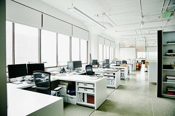 Workstations in empty office:スマホ壁紙(壁紙.com)