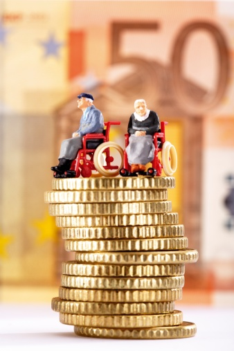 Figurine「Figurines in wheelchairs on pile of coins」:スマホ壁紙(17)