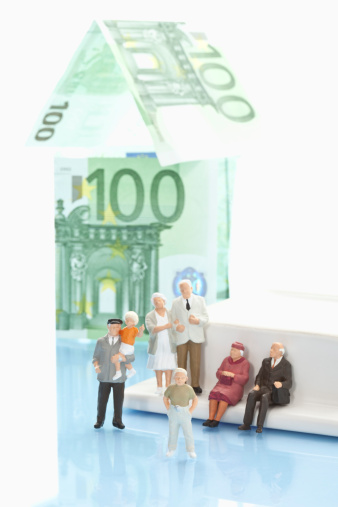Figurine「Figurines in front of house of 100 euro notes」:スマホ壁紙(18)