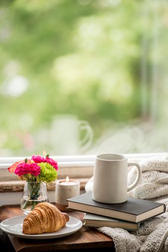 秋「自宅で本を読んだりコーヒーを飲んだりして暖かく居心地の良い」:スマホ壁紙(12)
