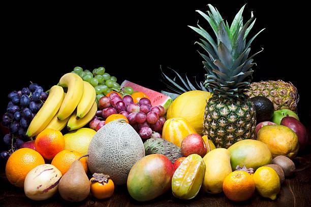 たくさんのフルーツに黒色の背景:スマホ壁紙(壁紙.com)