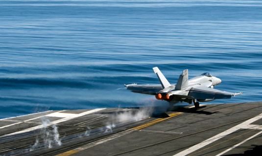Military Ship「An F/A-18E Super Hornet launches from the flight deck of USS Carl Vinson.」:スマホ壁紙(15)