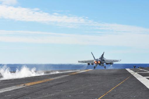 Airport Runway「An F/A-18E Super Hornet launches from the flight deck of USS George Washington.」:スマホ壁紙(0)