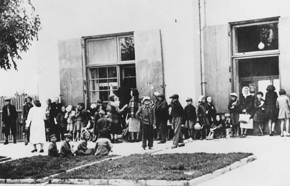 Warsaw「Warsaw Ghetto Breadline」:写真・画像(4)[壁紙.com]