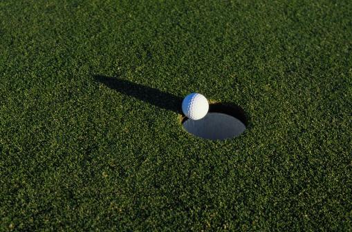 Off Target「Golf Ball at the Edge of a Hole」:スマホ壁紙(17)