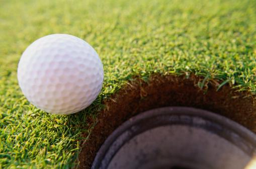 Off Target「Golf Ball At the Edge of a Hole」:スマホ壁紙(14)