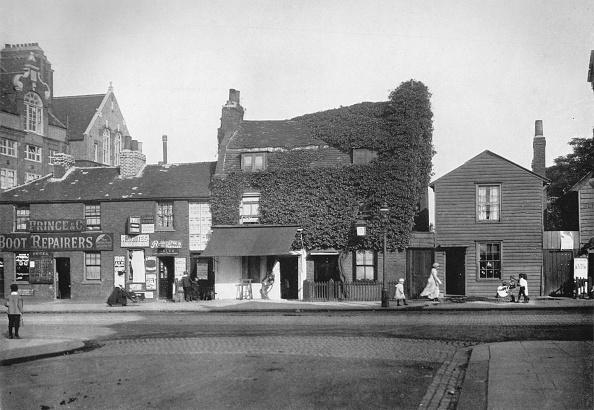 Urban Road「'Old Cottages in Merton Road, Tooting', c1890, (1912)」:写真・画像(13)[壁紙.com]