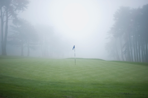 Fog「Flag on putting green on golf course」:スマホ壁紙(18)