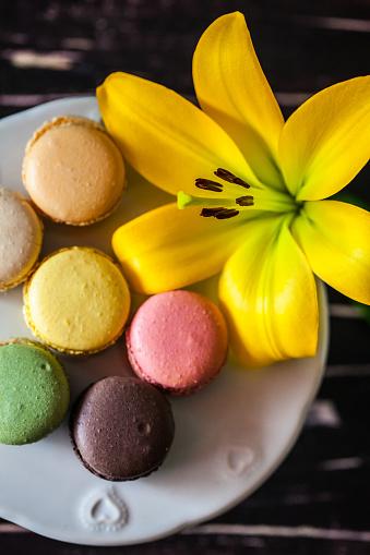 マカロン「Macaroons on a cake stand with a lily flower」:スマホ壁紙(8)
