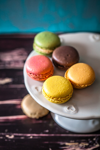 マカロン「Macaroons on a cake stand」:スマホ壁紙(7)