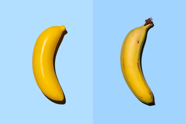 Plastic banana beside real banana:スマホ壁紙(壁紙.com)