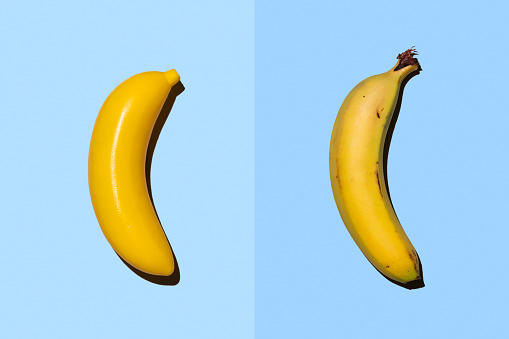 Side By Side「Plastic banana beside real banana」:スマホ壁紙(3)