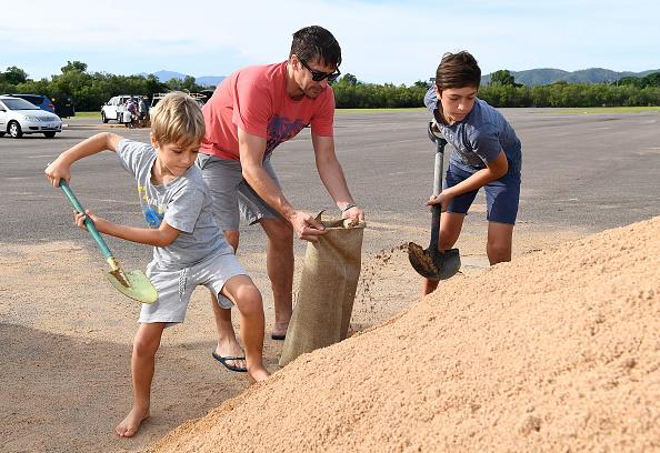 Sandbag「Townsville Residents Prepare For Cyclone Debbie To Reach Queensland」:写真・画像(1)[壁紙.com]