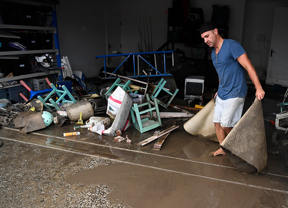 Sweeping「Townsville Residents Return To Flood Damaged Homes With Further Rains Expected」:写真・画像(16)[壁紙.com]