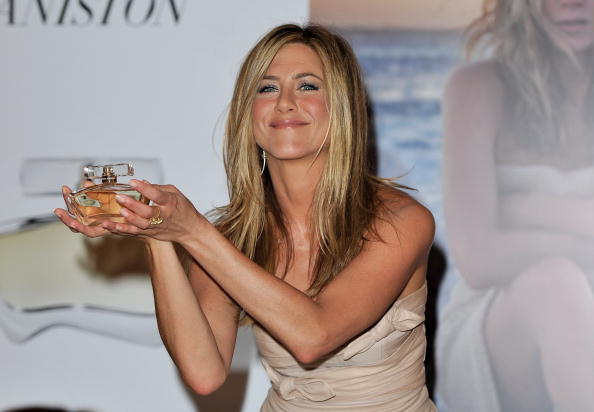 カメラ目線「Jennifer Aniston Launches Debut Fragrance - Photocall」:写真・画像(3)[壁紙.com]