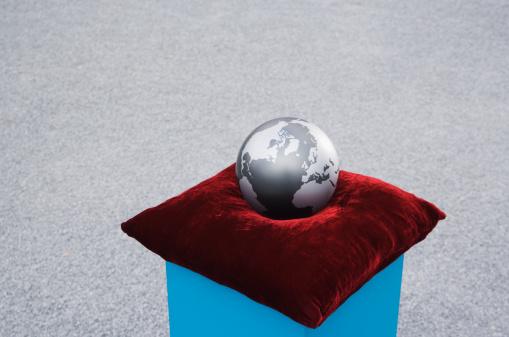 最上部「世界中の台座の上には、屋外のクッション」:スマホ壁紙(16)