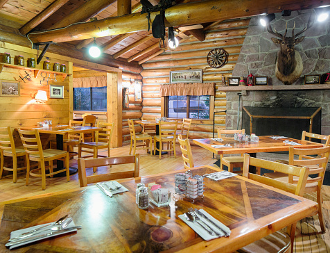 Inn「American Western log cabin restaurant dining room with fireplace」:スマホ壁紙(6)