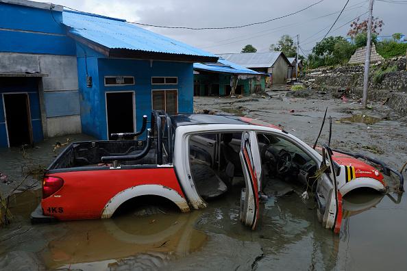 座る「Flash Floods Hit Indonesia's Papua Province」:写真・画像(1)[壁紙.com]
