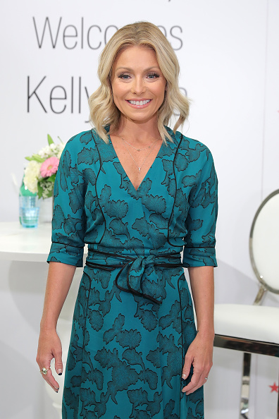 カメラ目線「Kelly Ripa Home Collection For Macy's Launch」:写真・画像(9)[壁紙.com]