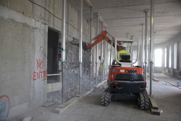 Concrete「Vehicle using hydraulic hammer in demolition of former stock exchange, London, UK」:写真・画像(2)[壁紙.com]
