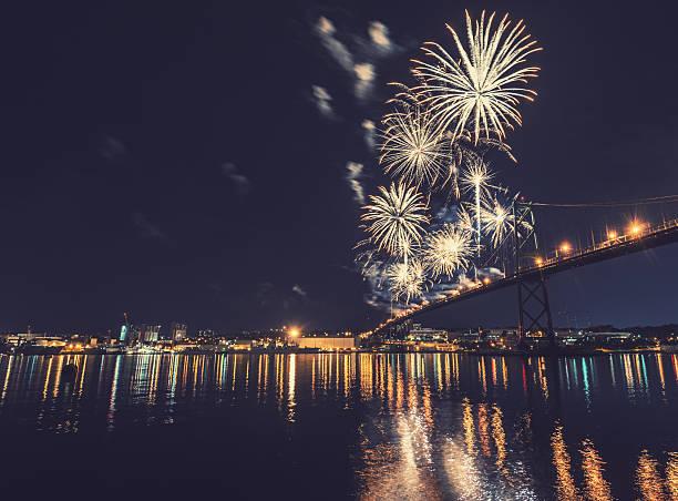 花火の絶景スポットのまとめ:2014年08月06日(壁紙.com)