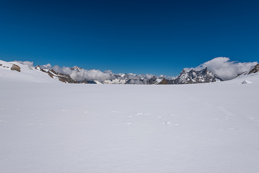 Steep「Footprints on the Valle Blanche glacier and Le Dent du Geant and the Grandes Jorasses, Mont Blanc Massif, Haute Savoie, Chamonix, France」:スマホ壁紙(1)