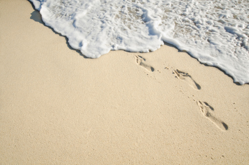 波「Footprints on sand, Nantucket, Massachusetts, New England, USA」:スマホ壁紙(14)