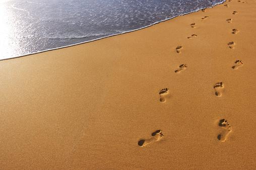 Human Foot「Footprints in the beach sand」:スマホ壁紙(9)