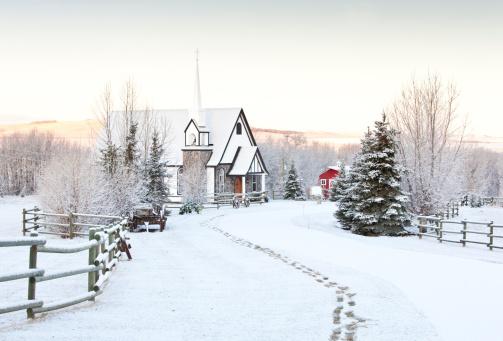 雪「フットプリントに雪の冬の魅力的な国の教会です。」:スマホ壁紙(13)