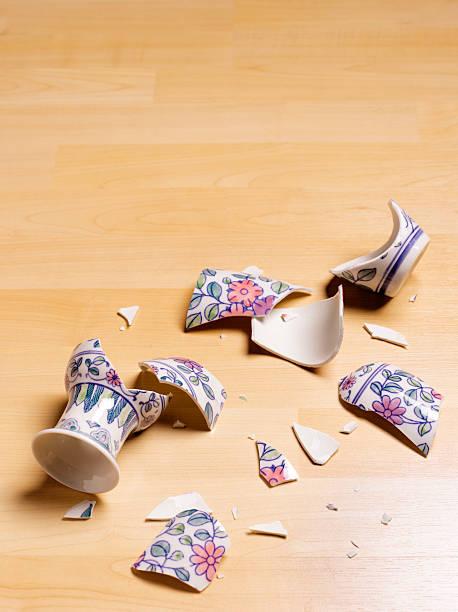 smashed antique vase:スマホ壁紙(壁紙.com)