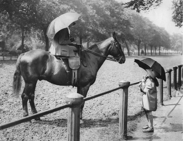 Sunshade「A Woman On A Horse Talking To A Girl. About 1935. Photograph.」:写真・画像(14)[壁紙.com]
