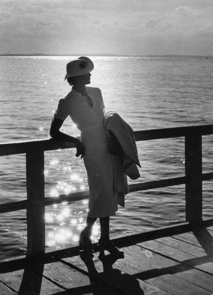 Elegance「Woman on a promenade pier with the sea at the background」:写真・画像(16)[壁紙.com]