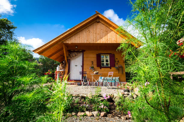 Cozy wooden cabin in the garden:スマホ壁紙(壁紙.com)
