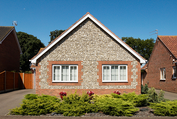 Bungalow「Modern bungalow built with traditional Norfolk pebble exterior, Great Yarmouth, Norfolk, UK」:写真・画像(12)[壁紙.com]