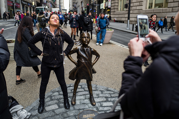 Fearless Girl Statue「Statue Of Defiant Girl Installed In Front Of Iconic Wall Street Bull By Global Investment Firm」:写真・画像(18)[壁紙.com]