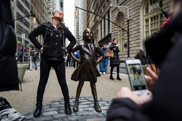 像「Statue Of Defiant Girl Installed In Front Of Iconic Wall Street Bull By Global Investment Firm」:写真・画像(19)[壁紙.com]