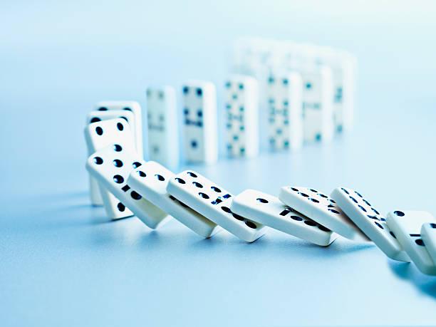 Dominoes falling in a row:スマホ壁紙(壁紙.com)