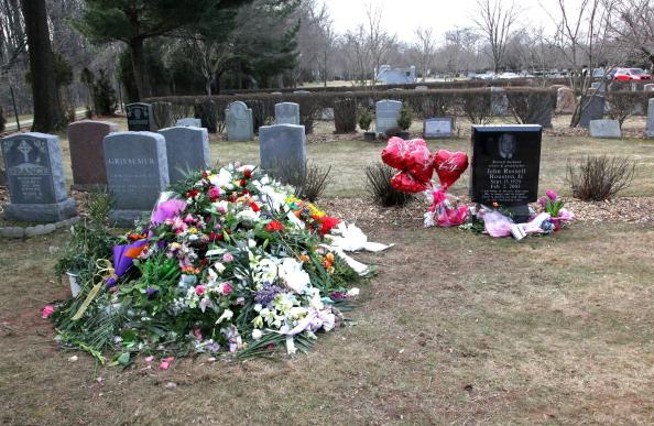 Grave「Fans Visit The Burial Site Of Whitney Houston」:写真・画像(7)[壁紙.com]