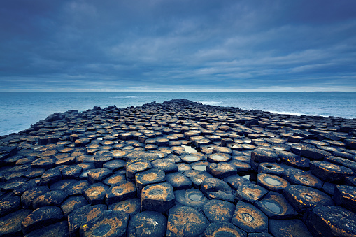 Basalt「Giant's Causeway on a cloudy day」:スマホ壁紙(1)