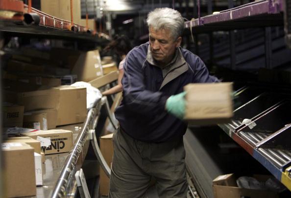 人の役割「UPS And FedEx Deliver Packages As Holiday Shopping Season Begins」:写真・画像(17)[壁紙.com]