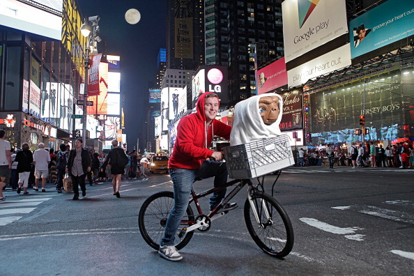 """Alien「Studio Artist Rides E.T. Figure To Its New Home In The Film Experience At Madame Tussauds New York For The Anniversary of Universal Studios/Amblin Entertainment's """"E.T. The Extra-Terrestrial""""」:写真・画像(4)[壁紙.com]"""
