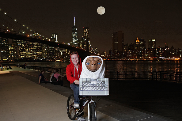 """Alien「Studio Artist Rides E.T. Figure To Its New Home In The Film Experience At Madame Tussauds New York For The Anniversary of Universal Studios/Amblin Entertainment's """"E.T. The Extra-Terrestrial""""」:写真・画像(5)[壁紙.com]"""