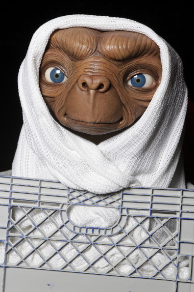 """Alien「Studio Artist Rides E.T. Figure To Its New Home In The Film Experience At Madame Tussauds New York For The Anniversary of Universal Studios/Amblin Entertainment's """"E.T. The Extra-Terrestrial""""」:写真・画像(12)[壁紙.com]"""